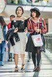 Muchachas de moda en la alameda de compras de Livat, Pekín, China Foto de archivo