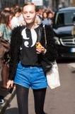 Muchachas de moda en la semana de la moda de Milano Imagenes de archivo