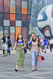 Muchachas de moda en un área de compras, Pekín, China Fotos de archivo