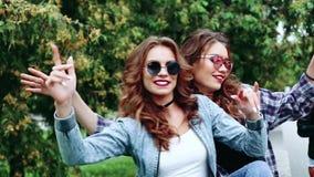 Muchachas de moda y hermosas que se divierten, bailando junto metrajes