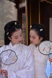 Muchachas de Pekín que llevan los trajes antiguos Imagenes de archivo