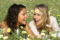 Muchachas de risa   Foto de archivo
