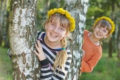 Muchachas de risa al aire libre Imagen de archivo libre de regalías