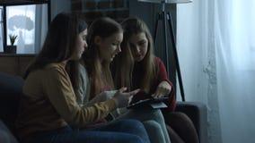 Muchachas de Shopaholic que hacen compras en línea con la tableta digital almacen de metraje de vídeo
