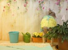Muchachas de tres años de cuidado para las flores, Imagenes de archivo