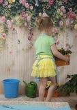 Muchachas de tres años de cuidado para las flores, Fotografía de archivo libre de regalías