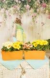 Muchachas de tres años de cuidado para las flores, Fotos de archivo libres de regalías