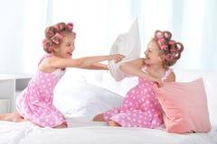 Muchachas de Tweenie que juegan con las almohadas Fotos de archivo libres de regalías