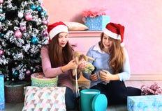 Muchachas del adolescente con el árbol de navidad y los presentes Foto de archivo libre de regalías