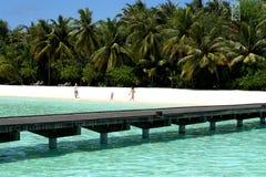 Muchachas del adolescente en día de fiesta en la isla del paraíso, Maldivas Marzo de 2012 Foto de archivo