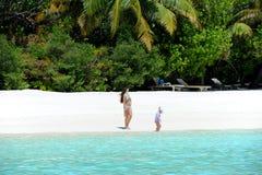Muchachas del adolescente en día de fiesta en la isla del paraíso, Maldivas Marzo de 2012 Fotos de archivo