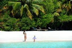 Muchachas del adolescente en la playa en la isla del paraíso, Maldivas Marzo de 2012 Imagen de archivo libre de regalías