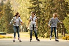 Muchachas del adolescente en pcteres de ruedas Imagen de archivo