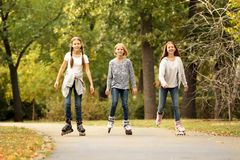 Muchachas del adolescente en pcteres de ruedas Foto de archivo libre de regalías
