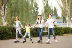 Muchachas del adolescente en pcteres de ruedas Fotos de archivo