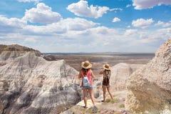 Muchachas del adolescente en vacaciones que caminan viaje en las montañas del desierto Imágenes de archivo libres de regalías