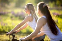 Muchachas del adolescente que completan un ciclo en luz del sol Fotografía de archivo libre de regalías