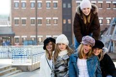 Muchachas del adolescente que cuelgan hacia fuera Fotos de archivo