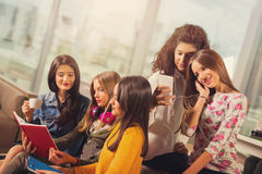 Muchachas del adolescente que cuelgan hacia fuera junto en una cafetería Fotos de archivo libres de regalías
