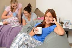 Muchachas del adolescente que beben en la fiesta de pijamas Fotografía de archivo libre de regalías