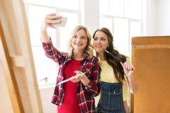 Muchachas del artista que toman el selfie en el estudio o la escuela del arte Fotografía de archivo
