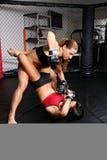 Muchachas del combatiente de MMA imagenes de archivo