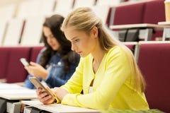 Muchachas del estudiante con smartphones en conferencia fotos de archivo libres de regalías