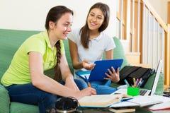 Muchachas del estudiante que estudian en casa Imagen de archivo