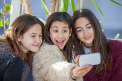 Muchachas del grupo que toman la foto del selfie Imagenes de archivo