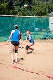 Muchachas del juego del voleibol de playa Imagen de archivo libre de regalías