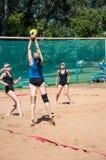 Muchachas del juego del voleibol de playa Fotos de archivo