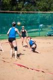 Muchachas del juego del voleibol de playa Fotografía de archivo