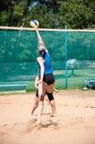 Muchachas del juego del voleibol de playa Fotografía de archivo libre de regalías