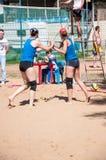 Muchachas del juego del voleibol de playa Imágenes de archivo libres de regalías