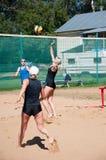 Muchachas del juego del voleibol de playa, Fotografía de archivo libre de regalías