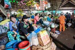 Muchachas del Khmer del vendedor en el mercado local Koh Kong Province imagenes de archivo