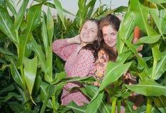 Muchachas del país en campo de maíz Foto de archivo libre de regalías