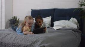 Muchachas del preadolescente de la diversidad que juegan la PC de la tableta en casa almacen de video