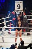 Muchachas del ring de boxeo que llevan a cabo a un tablero con número redondo Imágenes de archivo libres de regalías