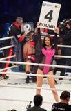 Muchachas del ring de boxeo que llevan a cabo a un tablero con número redondo Foto de archivo libre de regalías