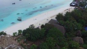 Muchachas del yate de la playa arenosa de la isla de la fotografía aérea en el Océano Índico almacen de metraje de vídeo