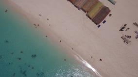 Muchachas del yate de la playa arenosa de la isla de la fotograf?a a?rea en el Oc?ano ?ndico