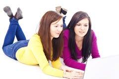 Muchachas delante de la computadora portátil Fotografía de archivo libre de regalías