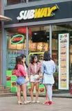 Muchachas delante de un mercado del subterráneo, Shangai, China Foto de archivo libre de regalías
