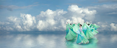 Muchachas en alineadas verdes en la danza Fotografía de archivo