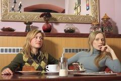 Muchachas en café Foto de archivo libre de regalías