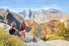 Muchachas en caminar viaje en altas montañas Fotos de archivo libres de regalías