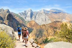 Muchachas en caminar viaje en altas montañas Fotos de archivo