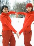 Muchachas en corazón rojo de la demostración Imagenes de archivo
