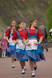 Muchachas en danza nacional de los trajes Imagen de archivo